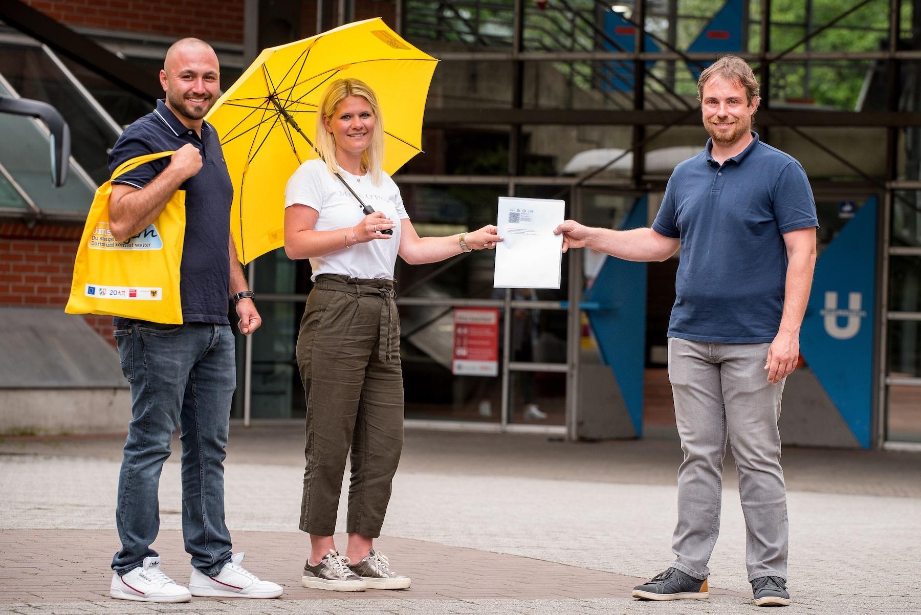 Familie Ekeryilmaz erhält ÖPNV-Ticket