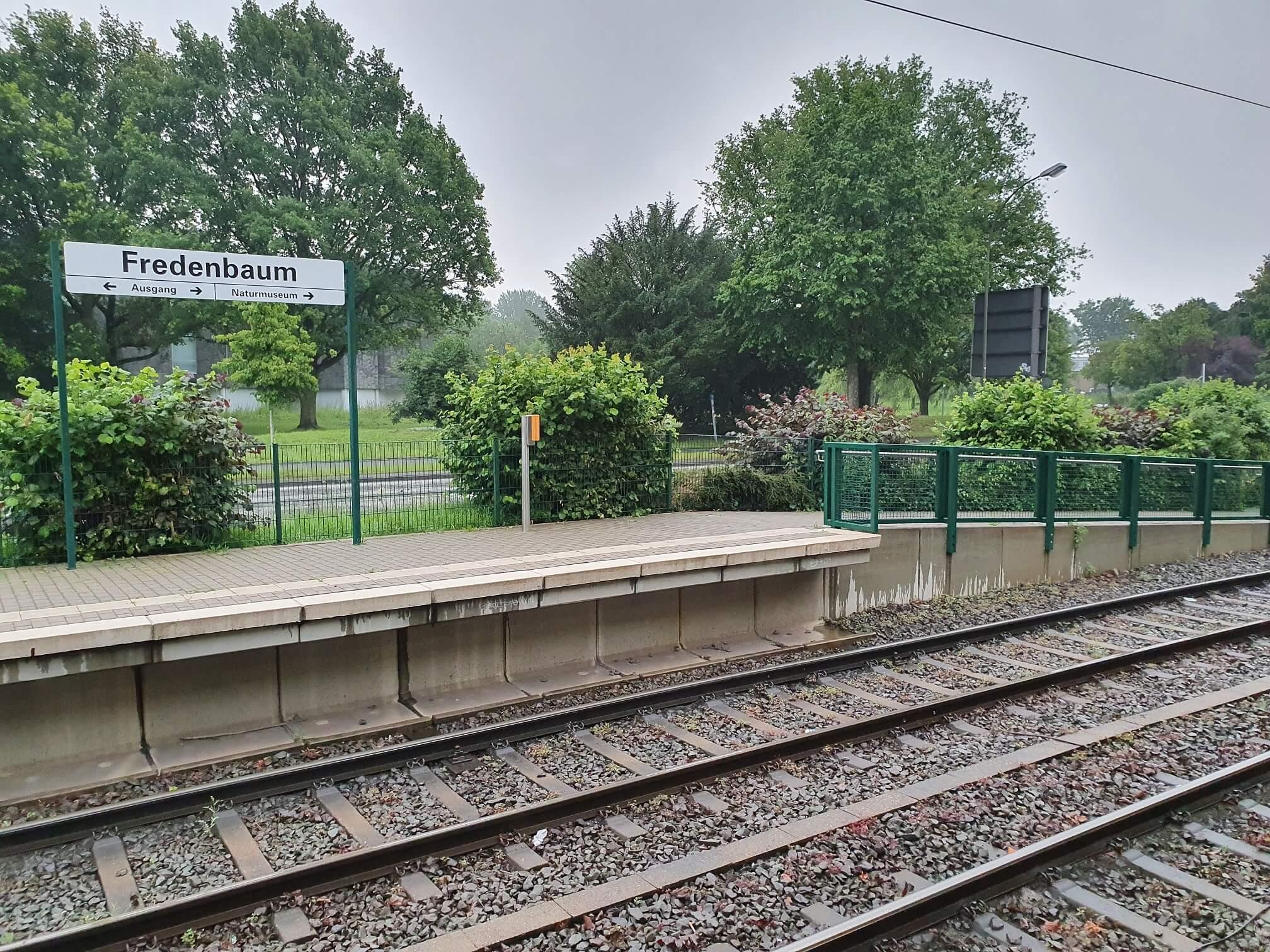 Gleise einer barrierefreien Bahnstation in Dortmund am frühen Abend