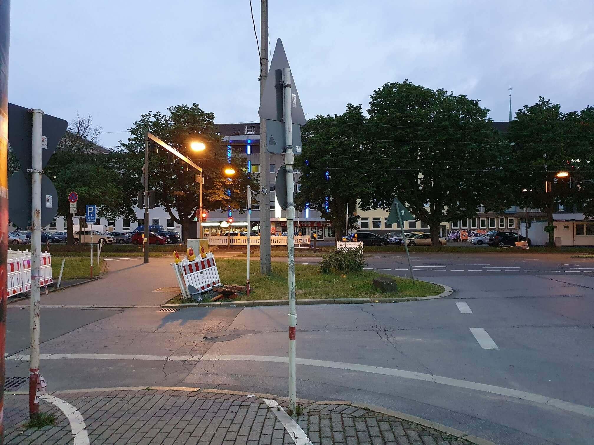Hauptverkehrsstraße in Dortmund in der Abenddämmerung.