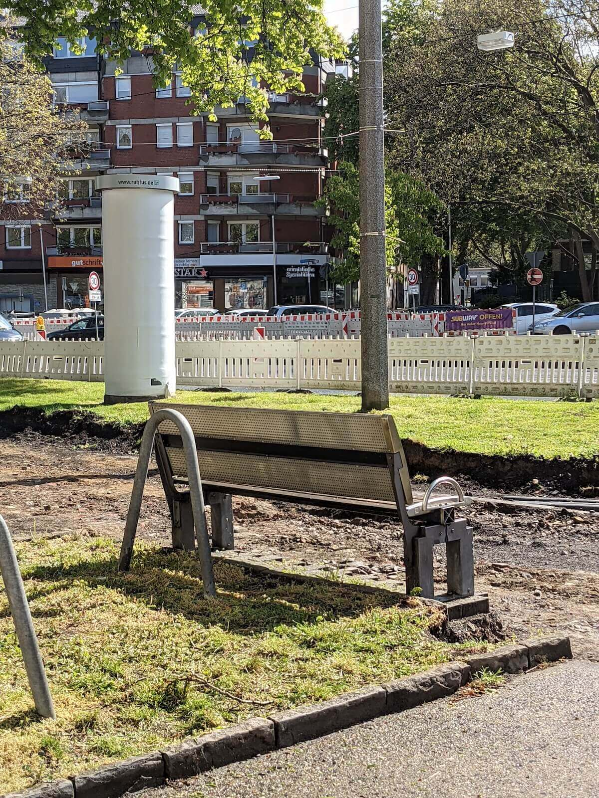 Leere Sitzbank am Bauabschnitt symbolisiert Corona-bedingte Baupause am Radwall in Dortmund