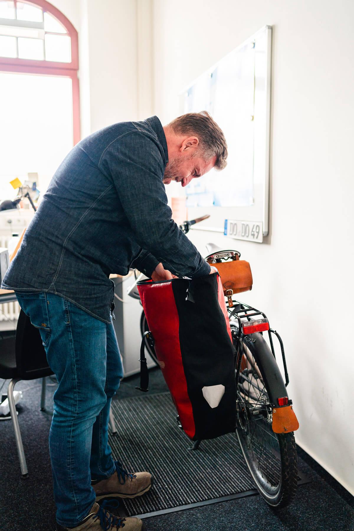 UmsteiGERN-Botschafter Daniel packt seine Fahrradtaschen