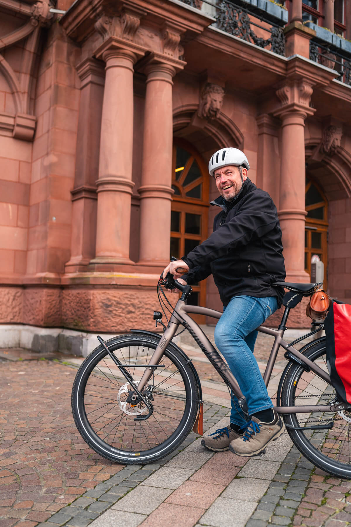UmsteiGERN Botschafter Daniel auf seinem Fahrrad vor dem Dortmunder Standesamt