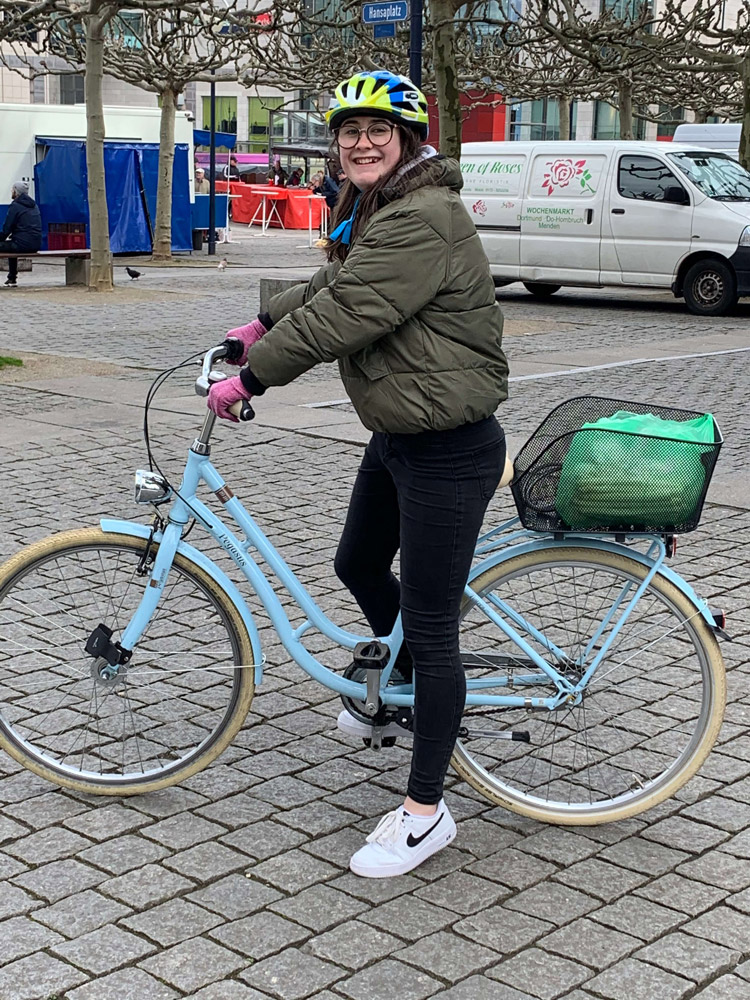 UmsteiGERN-Botschafterin Pia fährt auf ihrem Rad sicher durch Dortmund