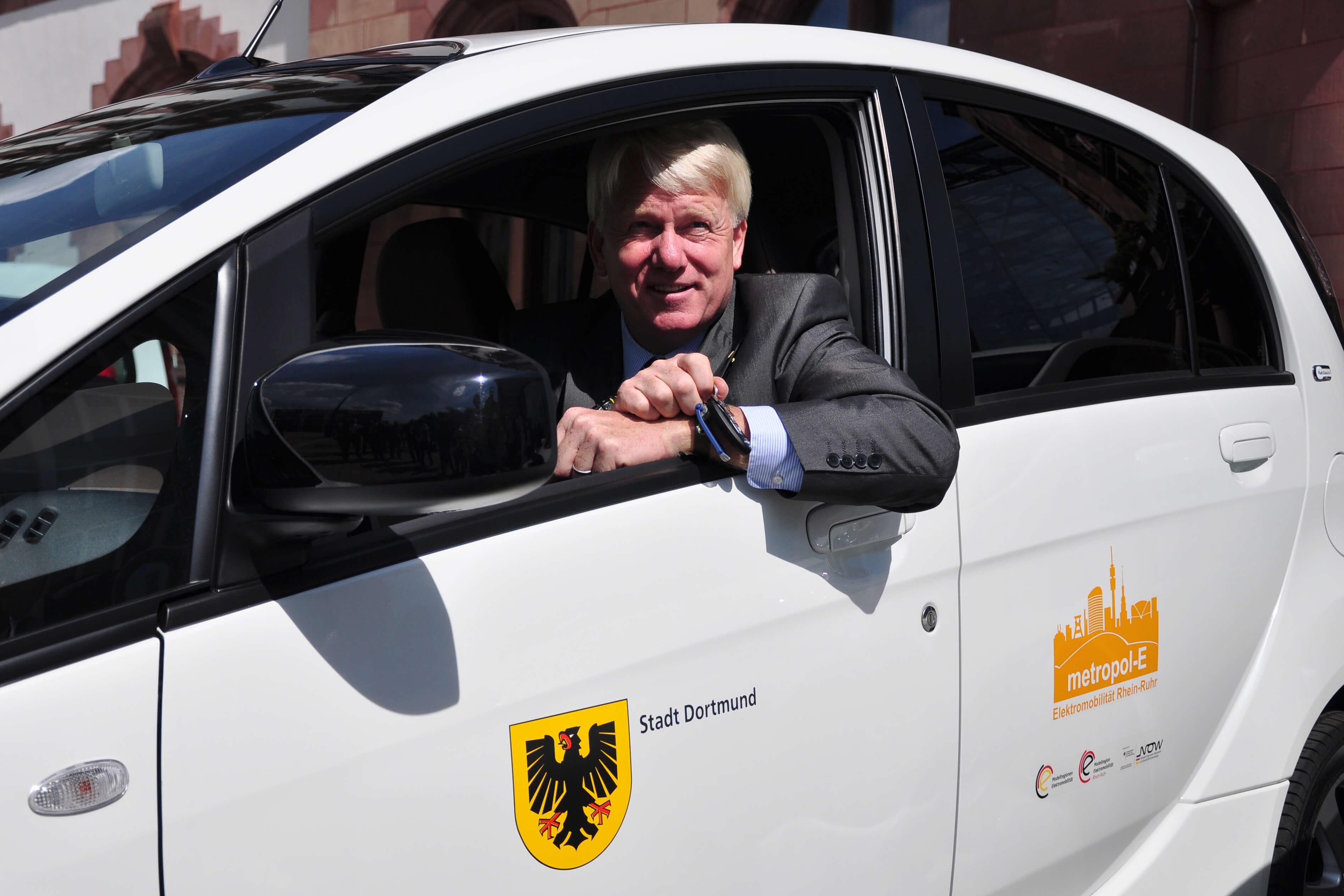 Oberbürgermeister und UmsteiGERN-Botschafter Ullrich Sierau ist beruflich mit dem E-Auto in Dortmund unterwegs