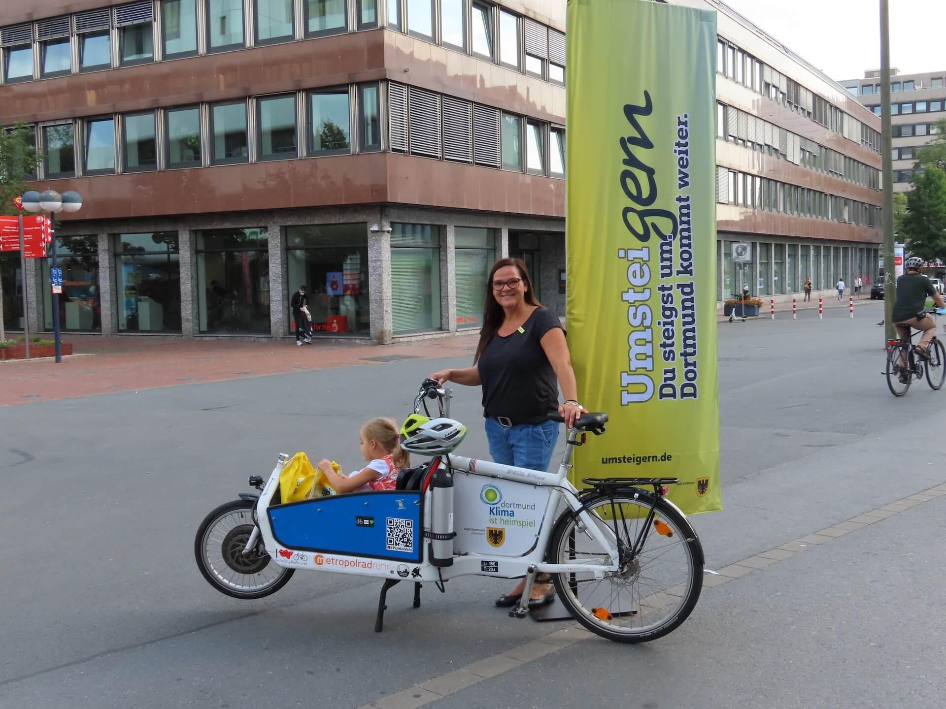 Julia Erdmann mit Tochter Edda im Lastenrad des Umweltamtes.
