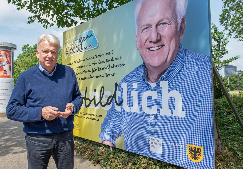 Oberbürgermeister Ullrich Sierau präsentiert sein UmsteiGERN-Motiv