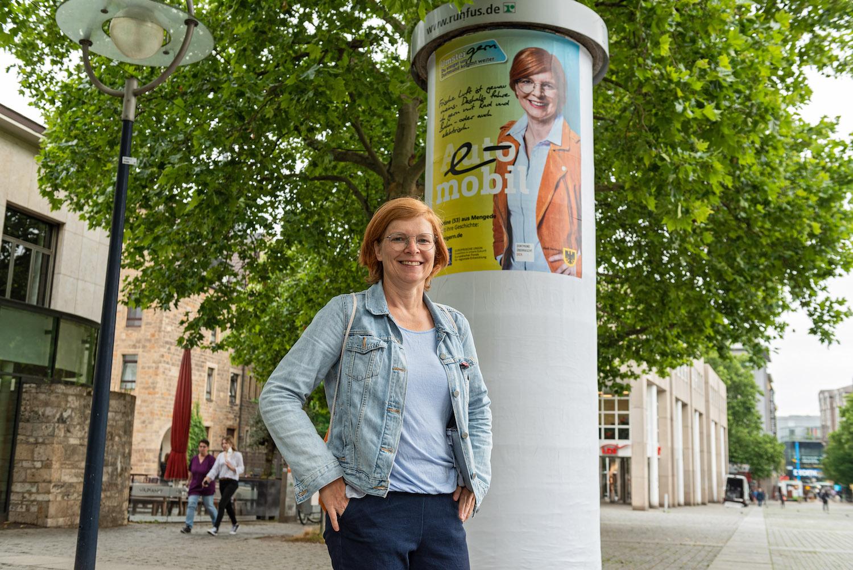 Botschafterin Christine posiert vor ihrem UmsteiGERN-Motiv