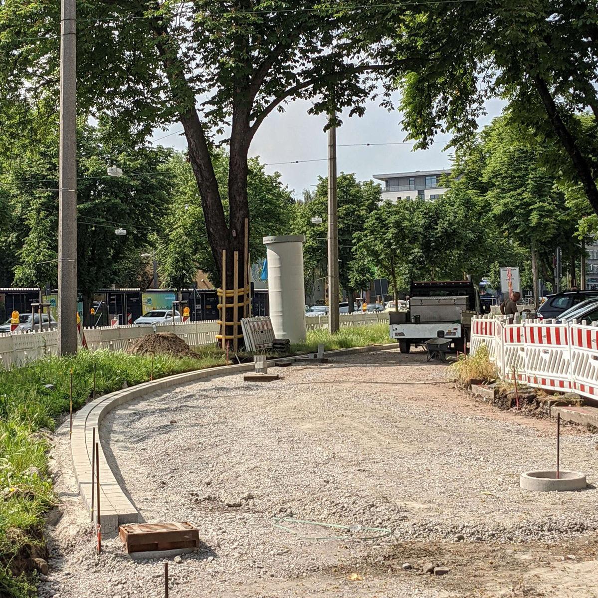 Baustelle des Radwegs am Wallring in Dortmund mit verlegten Pflastersteinen als Begrenzung am Rand und Schotter in der Wegmitte