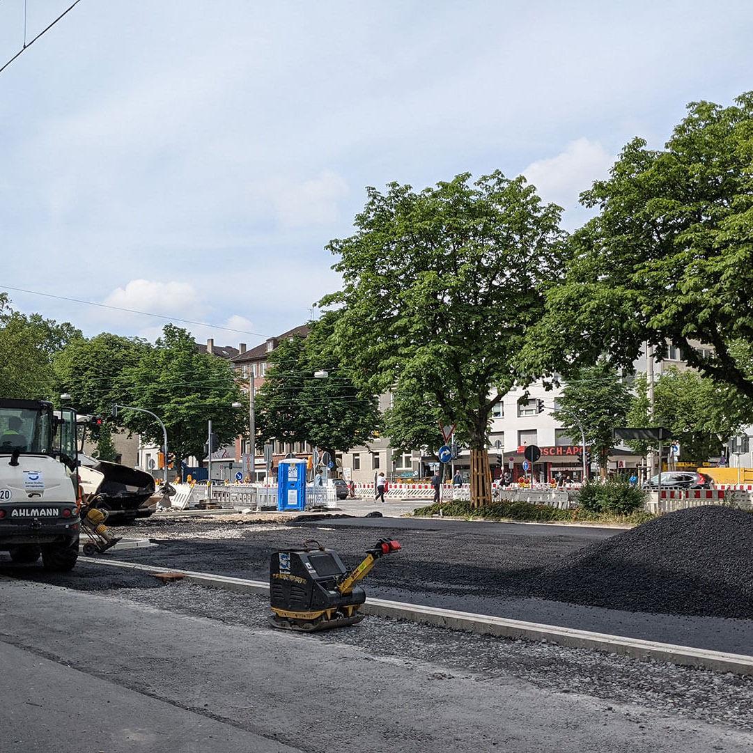 Auf Baustelle am Wallring wird Parkplatz neu asphaltiert