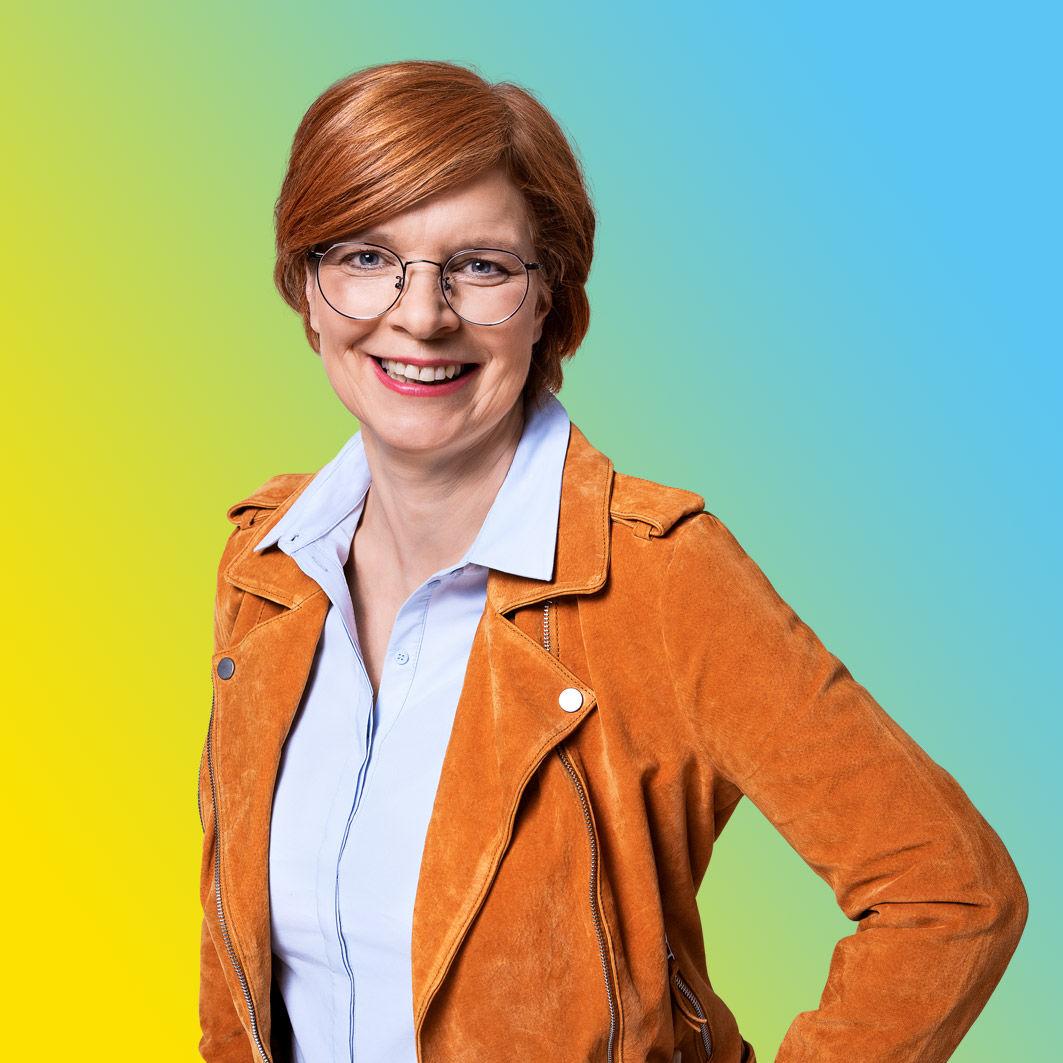 UmsteiGERN-Botschafterin Christine ist in Dortmund mit ihrem E-Auto unterwegs