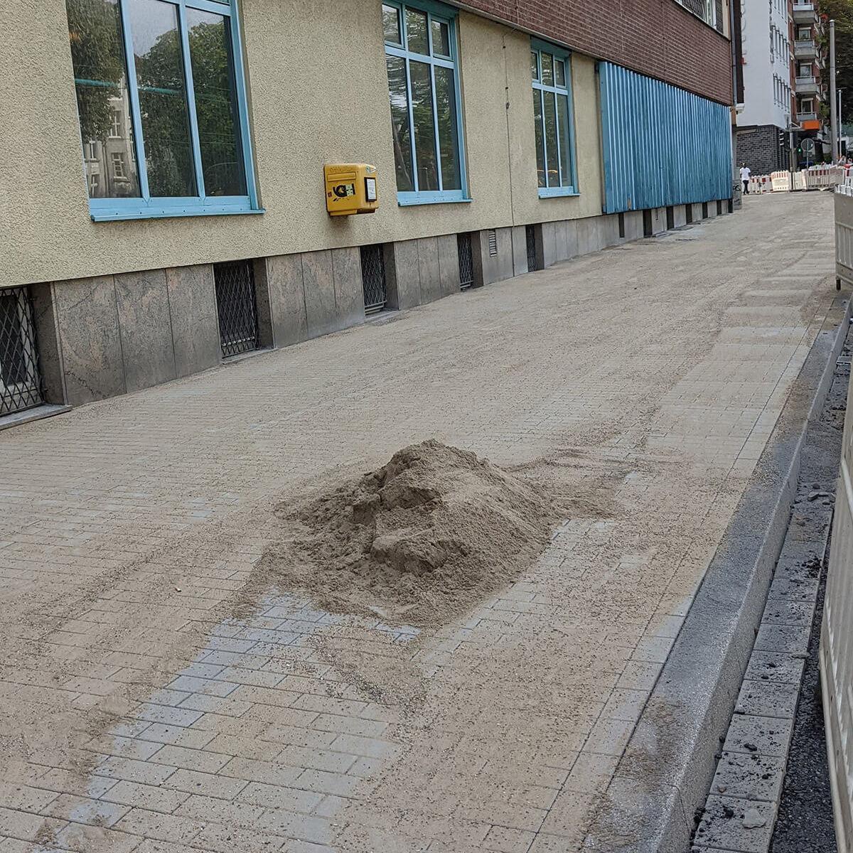 Neu gepflasterter, breiter Gehweg entlang des Radwalls in Dortmund