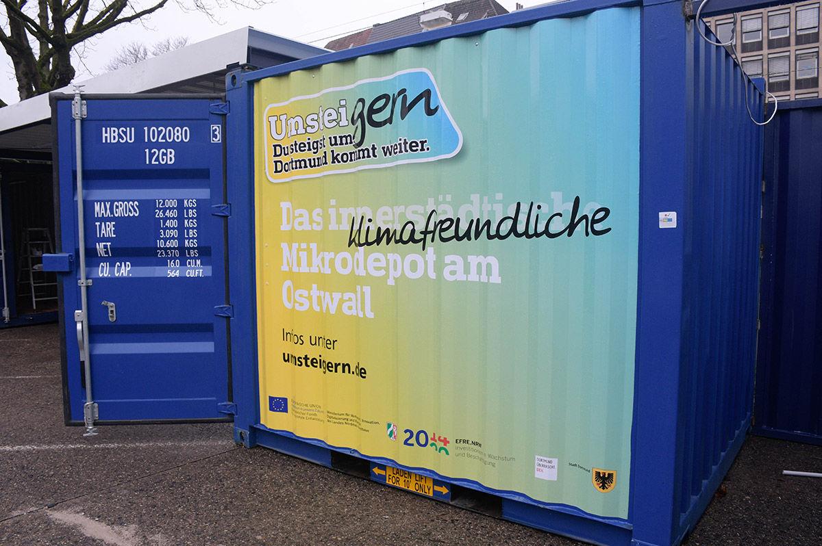 """Schiffscontainer mit Umsteigern-Logo und dem Schriftzug """"Das klimafreundliche Mikrodepot am Ostwall"""""""