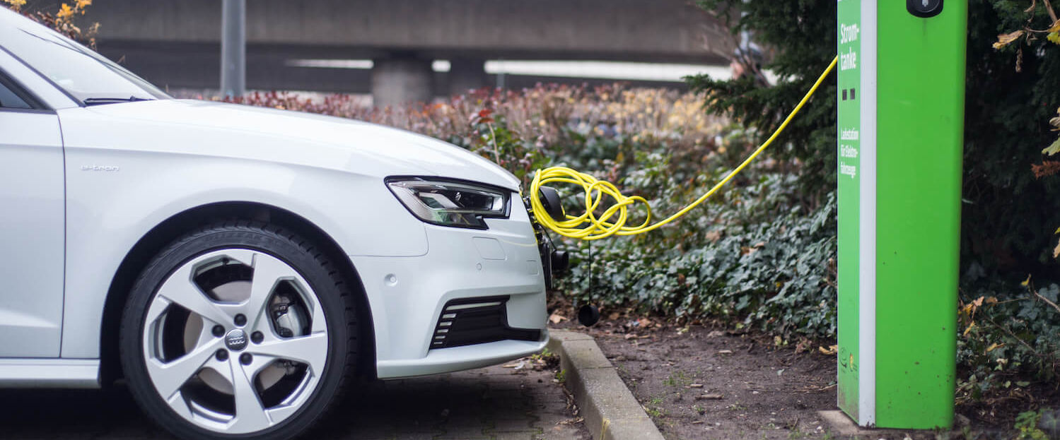 Ein E-Auto steht an einer Ladestation in Dortmund.