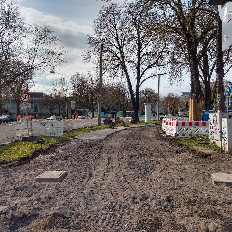 Hier wird die Oberfläche der Straße am Innenring abgetragen.