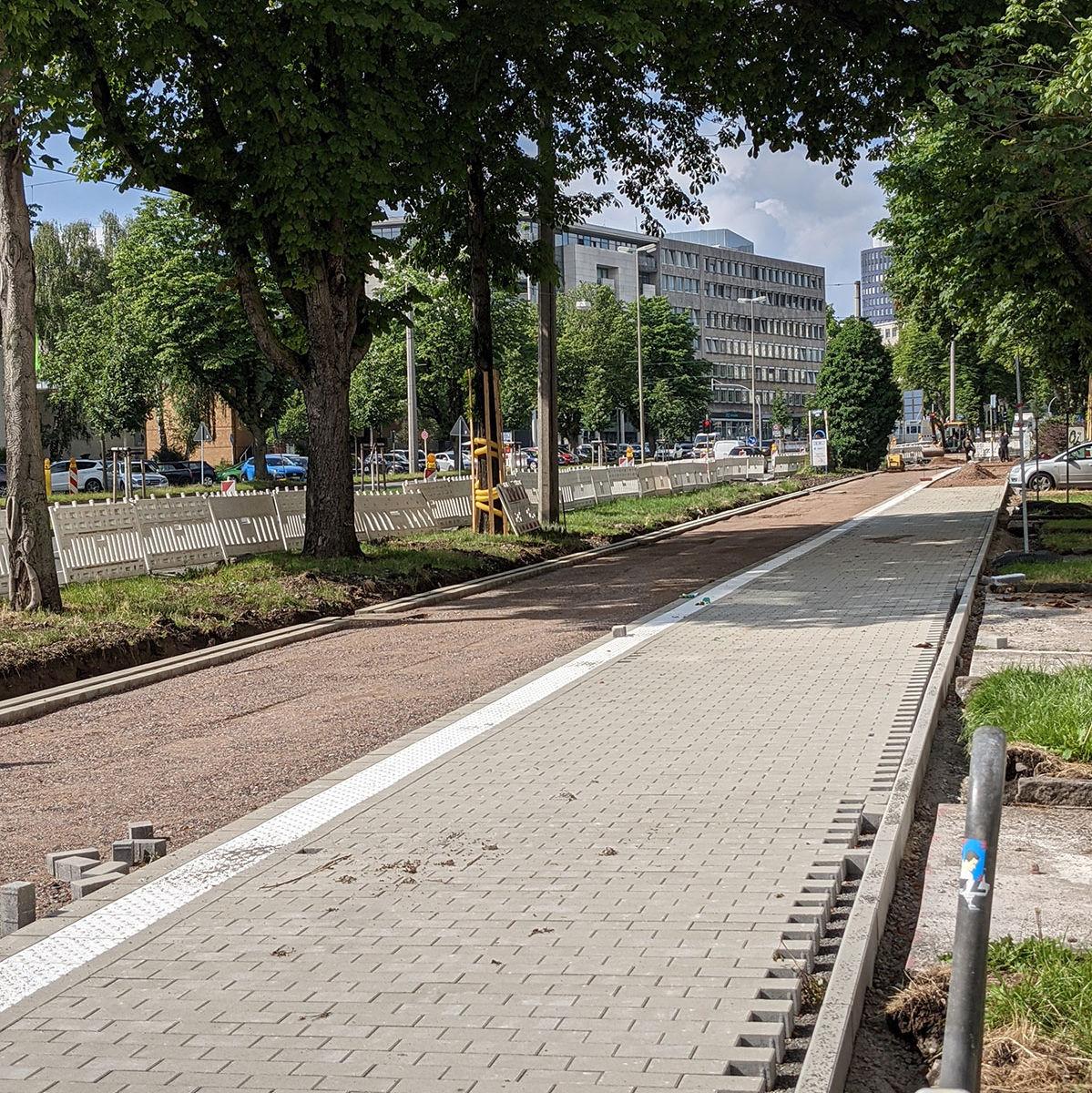 halb fertig gepflasterter Gehweg, der am noch nicht fertigem Radweg des Radwalls ins Dortmund entlang führt