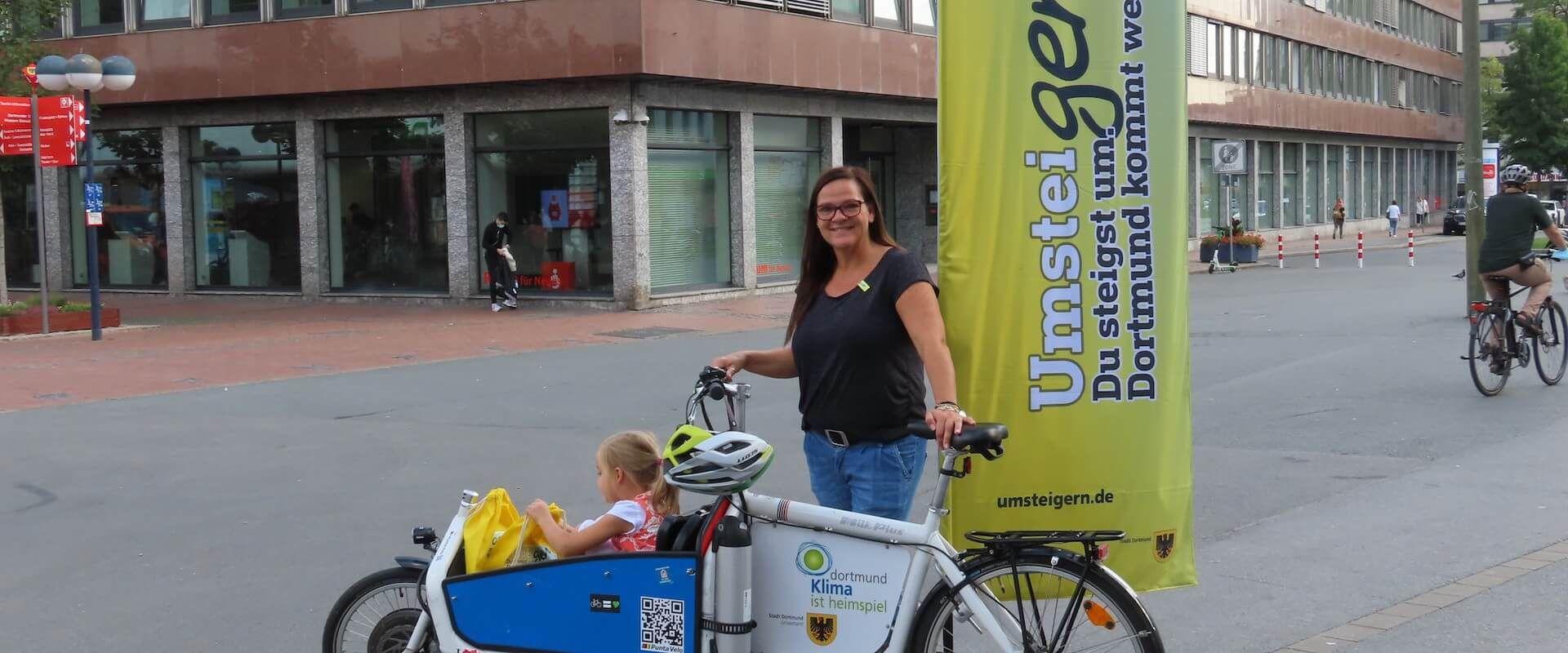 Julia Erdmann mit Tochter Edda im Lastenrad.