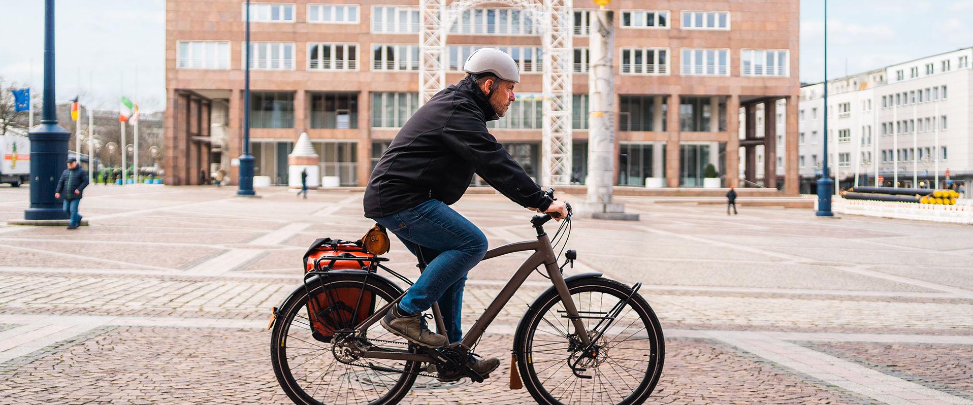 Botschafter Daniel auf seinem Fahrrad vor dem Dortmunder Rathaus