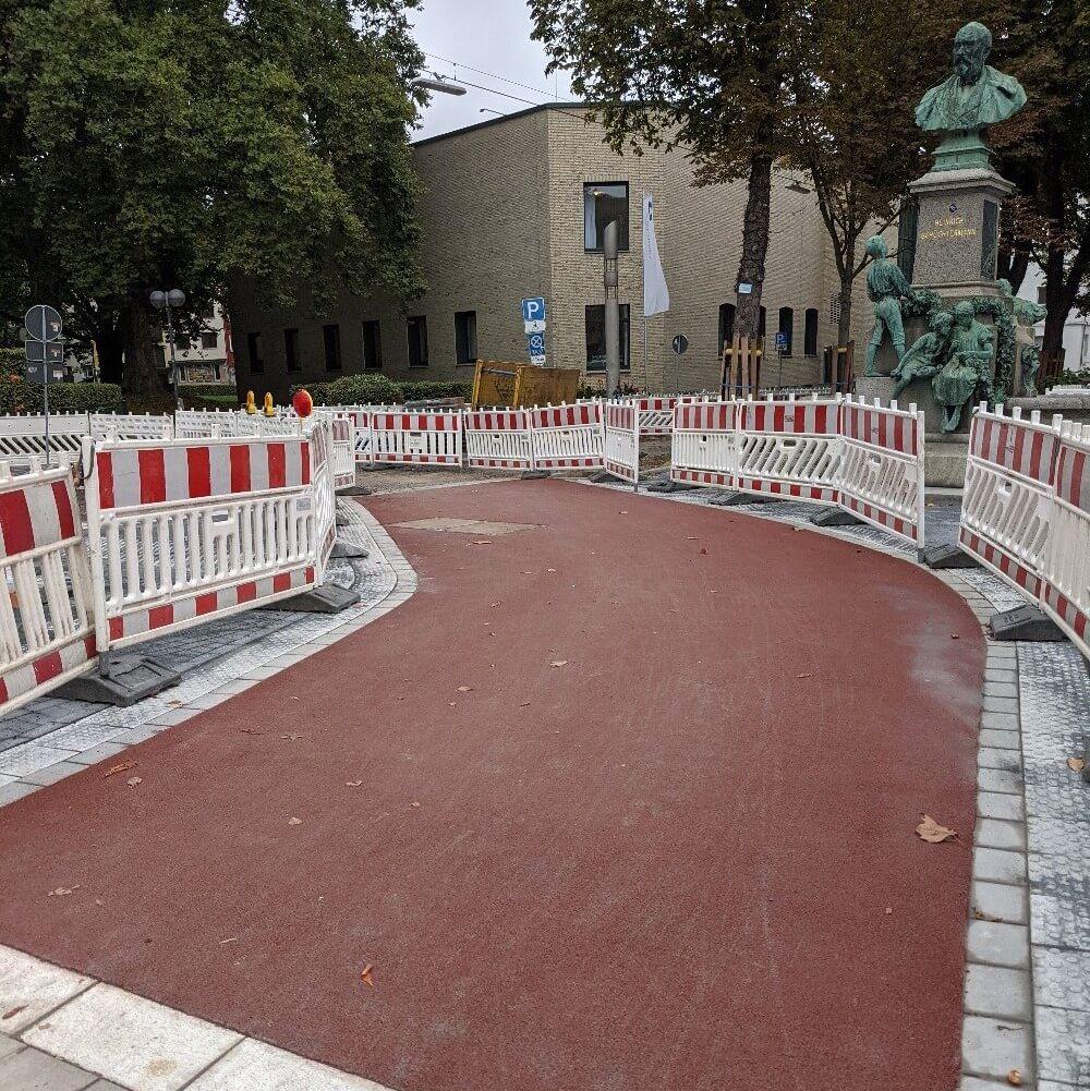 Frischer roter Asphalt für den Radweg am Wall am Schüchtermann-Denkmal in Dortmund im Rahmen des Projekts UmsteiGERN