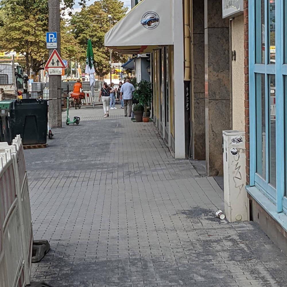 Frisch gepflasterter Gehweg im Rahmen des Radwalls für UmsteiGERN, rechts im Bild Ladenlokale in Dortmund