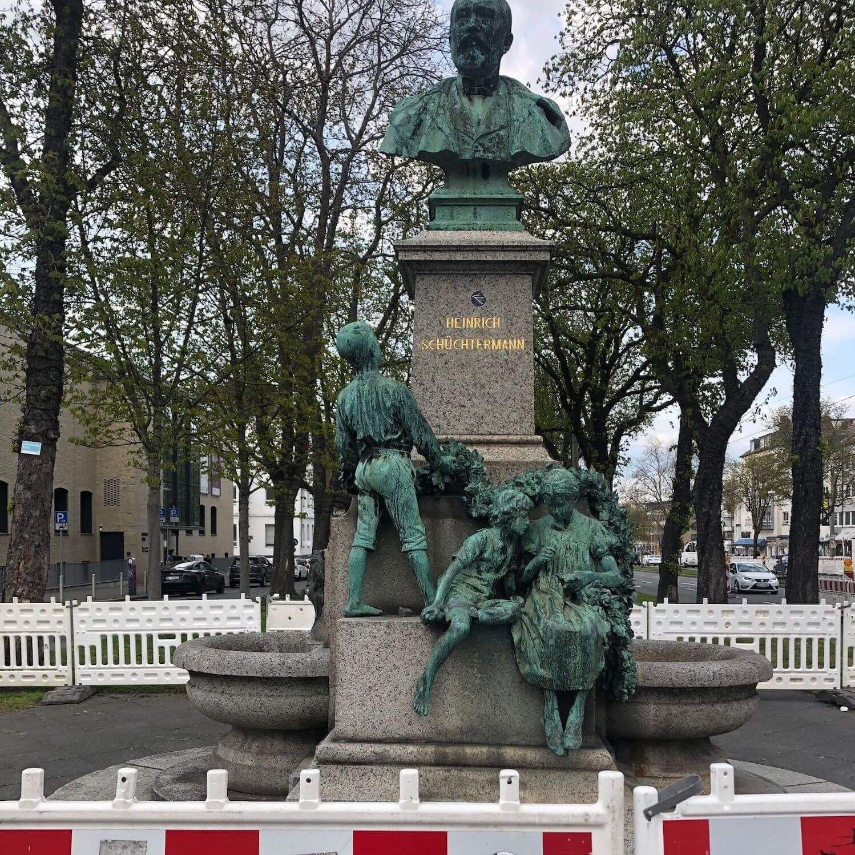 Eine Denkmal für den ehemaligen Unternehmer Heinrich Schüchtermann.