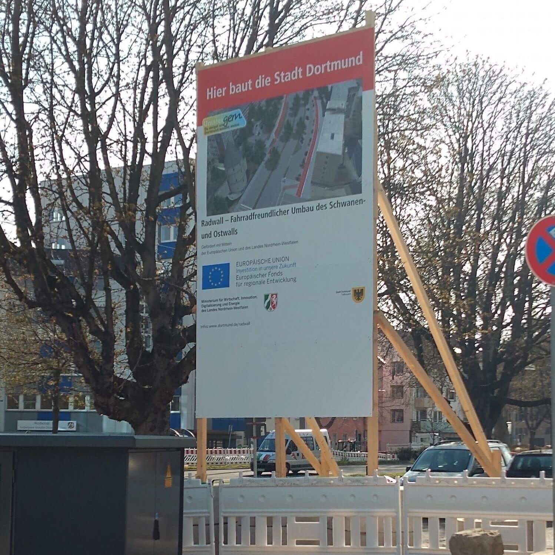 Ein Hinweisschild der Stadt Dortmund welches darauf hinweist, dass die Stadt am Umbau des Schwanen- und Ostwall beteiligt ist.