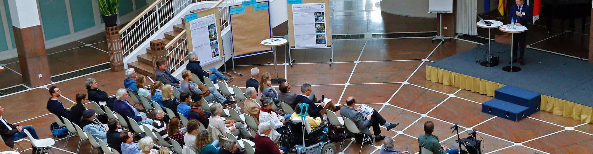 Besucher in der Bürgerhalle Dortmund