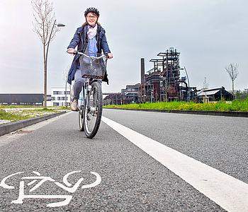 Fahrradfahrerin in Phoenix West in Dortmund