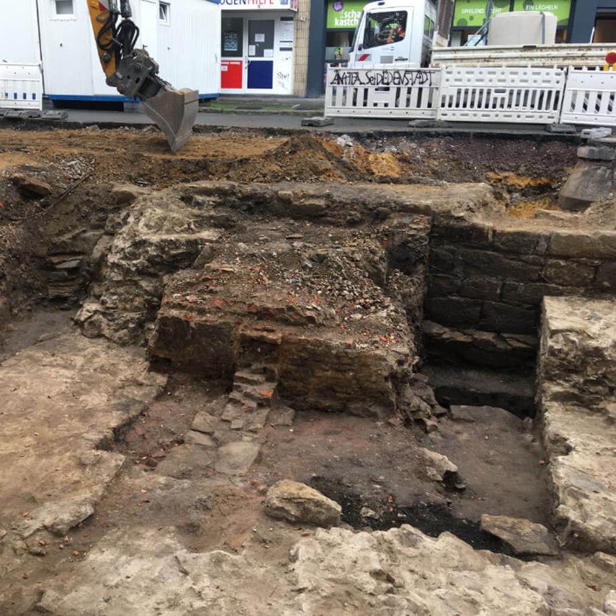 Teile der alten Stadtmauer aus verschieden großen Steinen, die teilweise zu betoniert wurden, wurden bei Bauarbeiten zum Radwall Dortmund ausgegraben