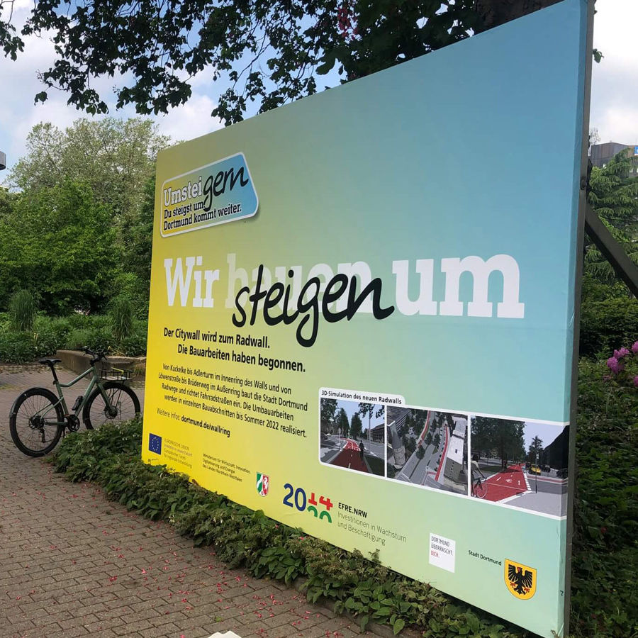Foto eines UmsteiGERN-Plakat das über Bauarbeiten am Radwall in Dortmund informiert